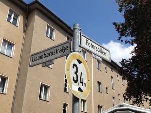 Petersallee ins Afrikanische Viertel (Wedding). Erst 1986 wurde die Straße umgewidmet...