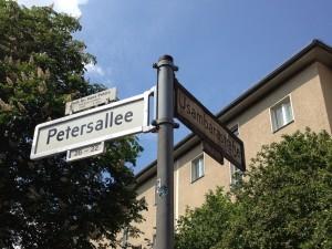 ...Sie heißt noch immer Petersallee, was sich heute allerdings auf den CDU-Politiker Hans Peters bezieht.